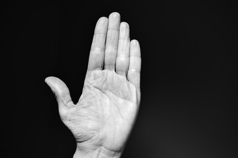 az ujjak között rohad